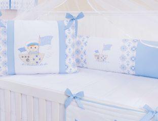 quarto de bebê azul claro